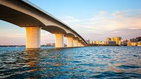萨拉索塔、佛罗里达地平线和桥梁横跨海湾 库存图片