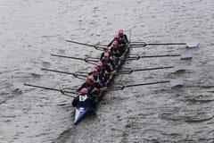 萨拉索塔乘员组在查尔斯赛船会妇女的青年时期Eights头赛跑  图库摄影