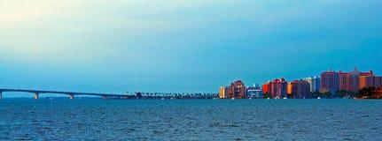 萨拉索塔地平线和Ringling堤道 免版税图库摄影