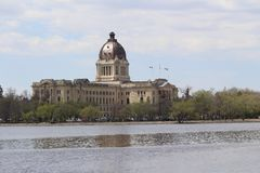 萨斯喀彻温省立法机关横跨Wascana湖雷日纳加拿大的NE视图 图库摄影