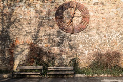 萨格勒布在石墙上的大教堂时钟 库存照片