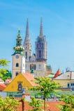 萨格勒布大教堂和市地平线 库存照片