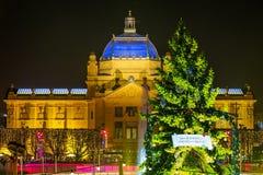 萨格勒布有装饰的绿色圣诞树的,克罗地亚艺术亭子 免版税库存照片
