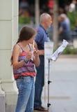 萨格勒布演奏长笛的街音乐家/女孩 免版税库存照片