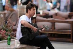 萨格勒布街音乐家/吉他演奏员唱歌 免版税库存图片