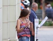萨格勒布街音乐家/年轻长笛演奏家 免版税库存照片
