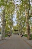 萨格勒布,克罗地亚,2019年4月24日:享用在下午的人们走在绿色散步以Th的老葡萄酒亭子为目的 图库摄影