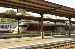 萨格勒布,克罗地亚- 2017年8月18日:在萨格勒布主要路轨的火车 免版税库存图片