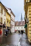 萨格勒布,克罗地亚-有古色古香的大厦的典型的大街在克罗地亚 免版税库存照片