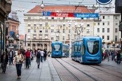 萨格勒布,克罗地亚 街道人群和电车 库存图片