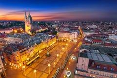 萨格勒布・克罗地亚在晚上 看法从上面禁令Jelacic广场 免版税图库摄影
