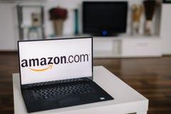 萨格勒布-2015年12月20日:在现代膝上型计算机屏幕上的亚马逊商标 亚马逊是计算comp的美国电子商务和云彩 库存照片