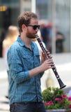 萨格勒布/街道音乐家/单簧管球员外形 库存照片