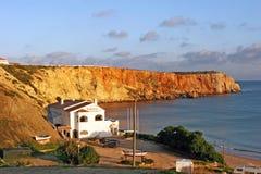 萨格里什,葡萄牙-岩石海湾的餐馆 免版税图库摄影