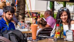 萨洛角,塔拉贡纳,西班牙- 2017年9月17日:在一个室外咖啡馆的鸡尾酒 特写镜头 免版税库存照片
