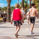 萨洛角,塔拉贡纳,西班牙- 2017年9月17日:沿堤防的人步行,萨洛角 特写镜头 图库摄影