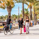 萨洛角,塔拉贡纳,西班牙- 2017年9月17日:沿堤防的人步行 复制文本的空间 免版税图库摄影
