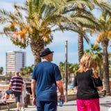 萨洛角,塔拉贡纳,西班牙- 2017年9月17日:沿堤防的人步行 特写镜头 免版税图库摄影