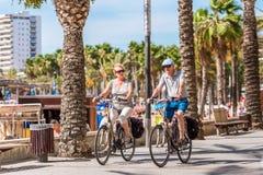 萨洛角,塔拉贡纳,西班牙- 2017年9月17日:沿江边的骑自行车者乘驾 复制文本的空间 库存图片