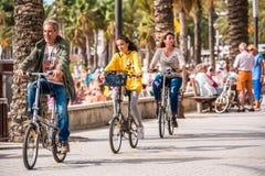 萨洛角,塔拉贡纳,西班牙- 2017年9月17日:沿江边的骑自行车者乘驾 复制文本的空间 图库摄影