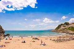 萨洛角,西班牙- 2017年6月6日:海岸线肋前缘Dorada,海滩在萨洛角,塔拉贡纳, Catalunya,西班牙 复制文本的空间 库存图片