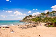 萨洛角,西班牙- 2017年6月6日:海岸线肋前缘Dorada,海滩在萨洛角,塔拉贡纳, Catalunya,西班牙 复制文本的空间 库存照片