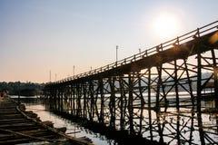 萨潘星期一星期一桥梁,横跨歌曲Karia河的大老木桥,位于Sangklaburi区,北碧, TH 免版税库存照片