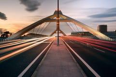 萨瓦格萨,西班牙- 2016年5月23日:在日落的第三座千年桥梁 这座桥梁在2008年被修筑了国际商展的 免版税库存照片