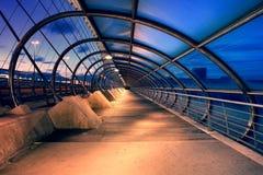 萨瓦格萨,西班牙- 2016年5月23日:第三座千年桥梁在晚上 这座桥梁在2008年被修筑了国际商展的 免版税库存图片