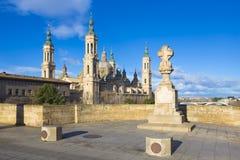 萨瓦格萨-桥梁普恩特de彼德拉和Basilica在早晨光的del Pilar 免版税库存照片