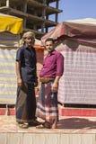 萨纳,也门- 12月21 :传统礼服的两个也门人在2014年12月21日的一条街道上在萨纳 库存图片