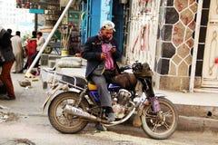 萨纳,也门- 12月21 :在一辆摩托车的年轻也门开会, 2014年12月21日在萨纳 免版税图库摄影