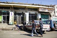 萨纳,也门- 1月12 :走在2015年1月12日的街道上的两个年轻人在萨纳 免版税库存图片