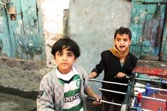 萨纳,也门- DECSEMBER 21 :两踢在街道的未认出的也门男孩桌橄榄球2014年12月21日 库存照片