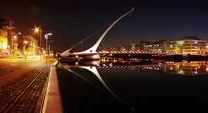 萨缪尔・贝克特桥梁的夜视图在都伯林市中心 免版税库存照片