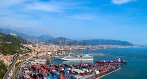 萨莱诺,意大利海湾,第勒尼安海和港口的 免版税库存照片