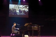 萨莱诺,意大利- 12/08/2017 :Aeham艾哈迈德叙利亚钢琴演奏家著名为被使用在他的城市废墟  免版税库存照片