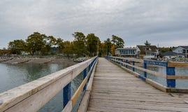 萨里,加拿大- 2018年10月27日:在界限海湾的新月形海滩码头Blackie唾液公园区域 免版税库存照片
