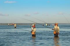 登巴萨,印度尼西亚-处于低潮中站立在浅水区的5月24日传统巴厘语渔夫在海滩在努沙Dua, Denpas 免版税图库摄影