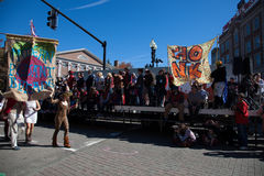 萨默维尔,马萨诸塞,美国- 2015年10月11日-按喇叭活动家街道带节日  免版税库存照片