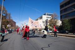萨默维尔,马萨诸塞,美国- 2015年10月11日-按喇叭活动家街道带节日  库存图片