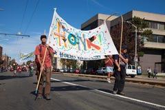 萨默维尔,马萨诸塞,美国- 2015年10月11日-按喇叭活动家街道带节日  库存照片