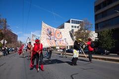 萨默维尔,马萨诸塞,美国- 2015年10月11日-按喇叭活动家街道带节日  免版税图库摄影