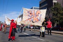 萨默维尔,马萨诸塞,美国- 2015年10月11日-按喇叭活动家街道带节日  免版税库存图片