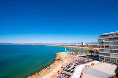 萨洛角,塔拉贡纳,西班牙- 2017年4月24日:海岸线肋前缘Dorada,主要海滩在萨洛角 蓝天 复制文本的空间 库存图片