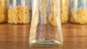 落下入一个玻璃瓶子的橄榄油 股票视频
