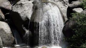 落下在岩石优胜美地的水紧的射击 股票视频