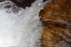 落下在石头的水 免版税库存图片