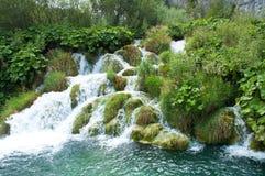 落下在Kaluderovac湖的末端的瀑布 库存图片