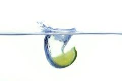 落入与飞溅的水的柠檬 免版税库存图片